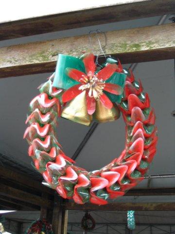 Addobbi natalizi fatti con materiali riciclati bottiglie - Decorazioni di natale con materiale riciclato ...