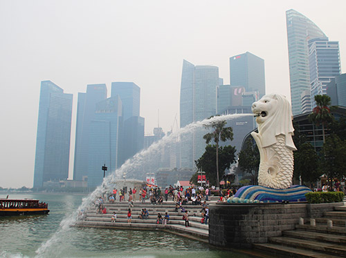 Il Merlion a Singapore, con il fumo